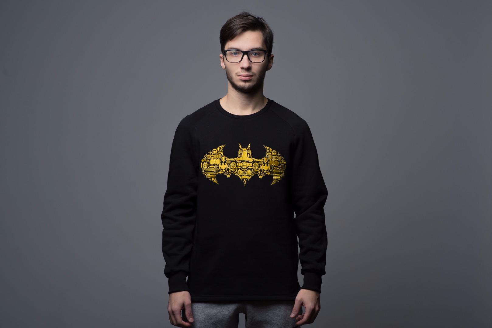 Свитшот BatmanТолстовки<br>Свитшот изофициальной лицензионной коллекции натему Бэтмена.&#13;<br>&#13;<br>Выполнен изтрехнитчатого футера с начесом. Все элементы, включая рисунок илоготипполностью вышиты.&#13;<br>Чтобы подобрать размер ориентируйтесь насвой рост. Если увас обычное телосложение, то:&#13;<br>—нарост 160— 170см обычно подходит размер S&#13;<br>—нарост 170— 180см обычно подходит размер М&#13;<br>—нарост 180— 190см лучше брать размер L&#13;<br>—на190см ивыше взависимости оттелосложения выбирайтеXL или XXL<br>Размер: S,L,M;